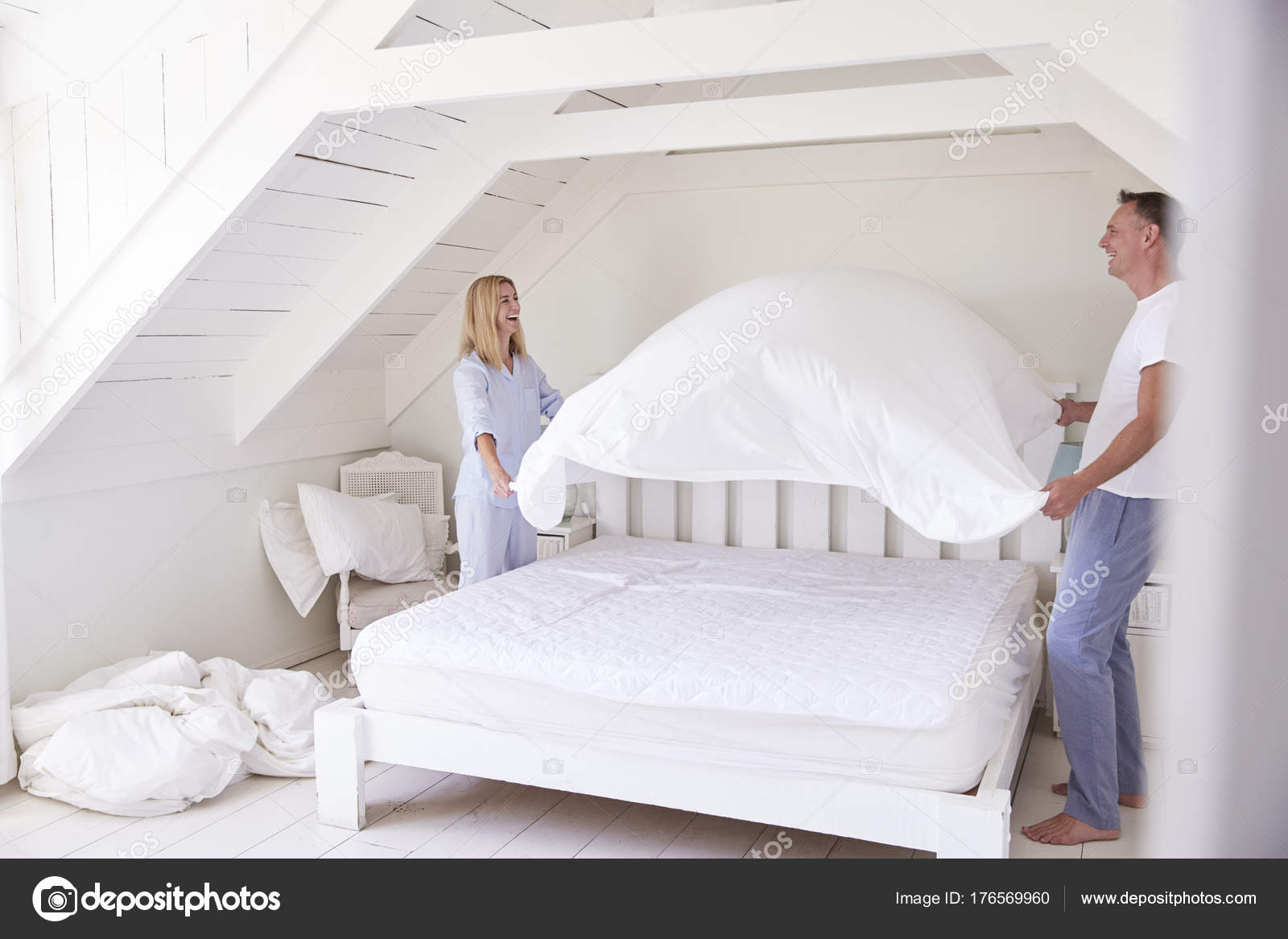 paar tragenden pyjamas bett machen — stockfoto © monkeybusiness