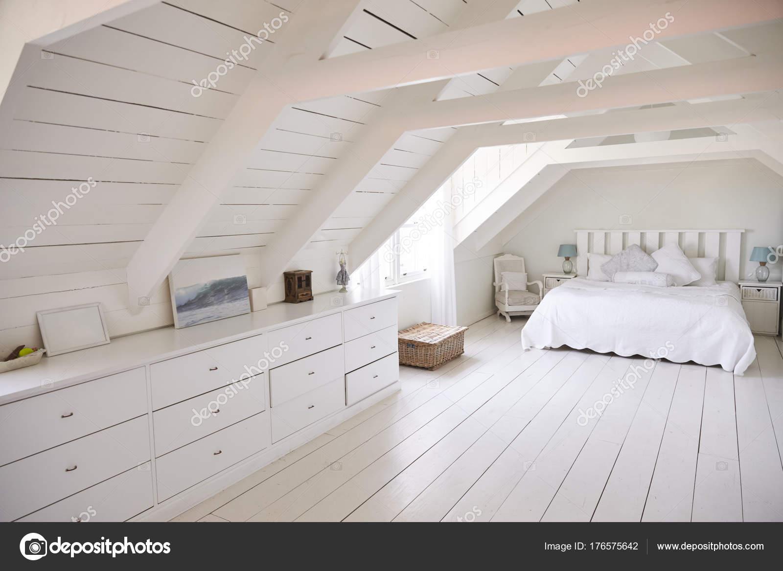 Chambre à coucher blanc lumineux et aéré — Photographie ...