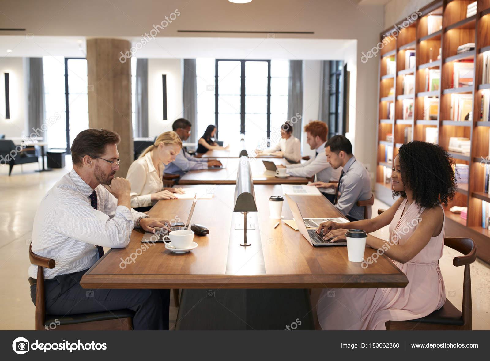 Collègues bureaux dans bureau occupé décloisonné gros plan