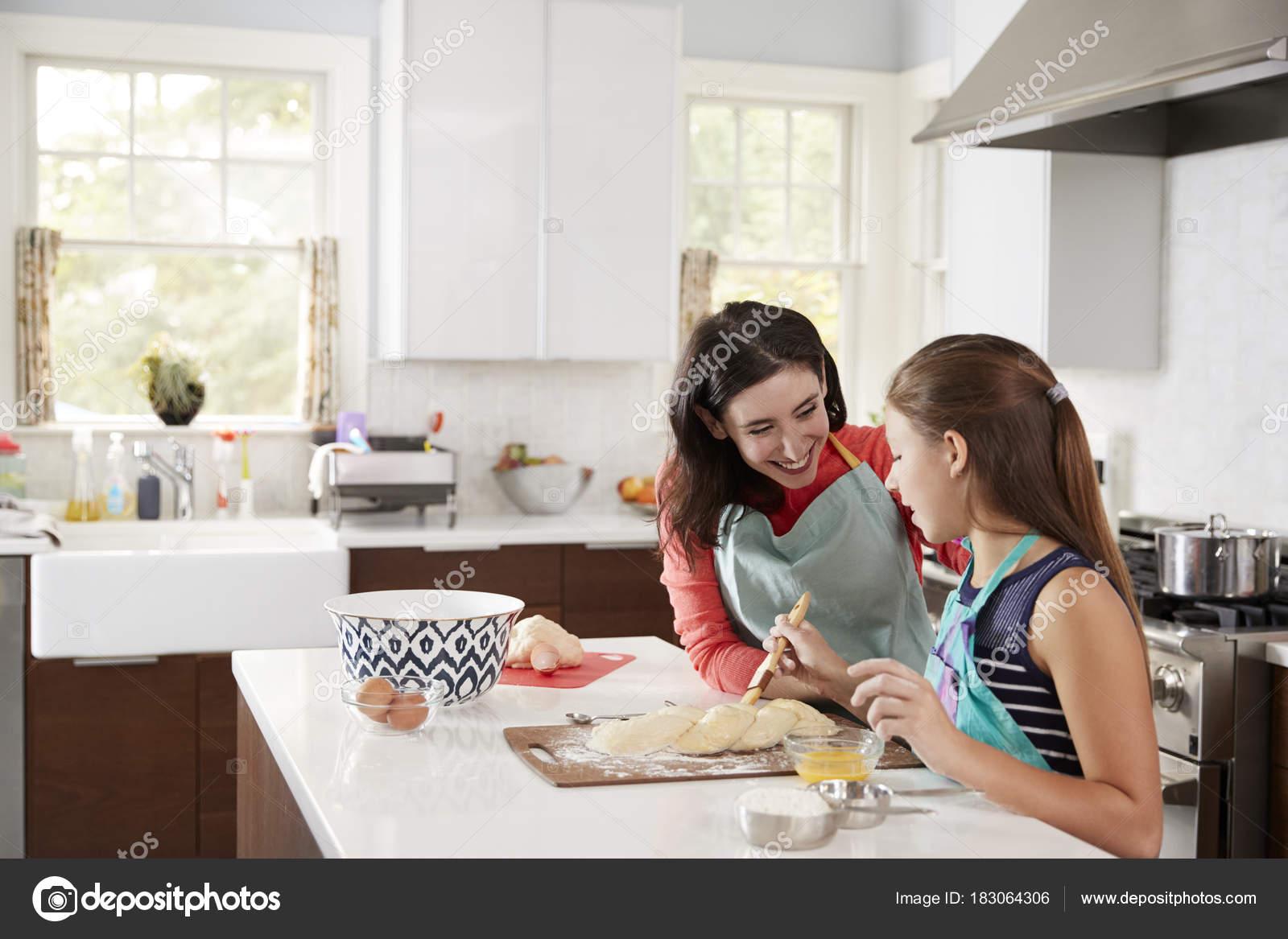 Fille juive de vitrage tressés de pâte à pain challah avec sa maman\u2013 images  de stock libres de droits