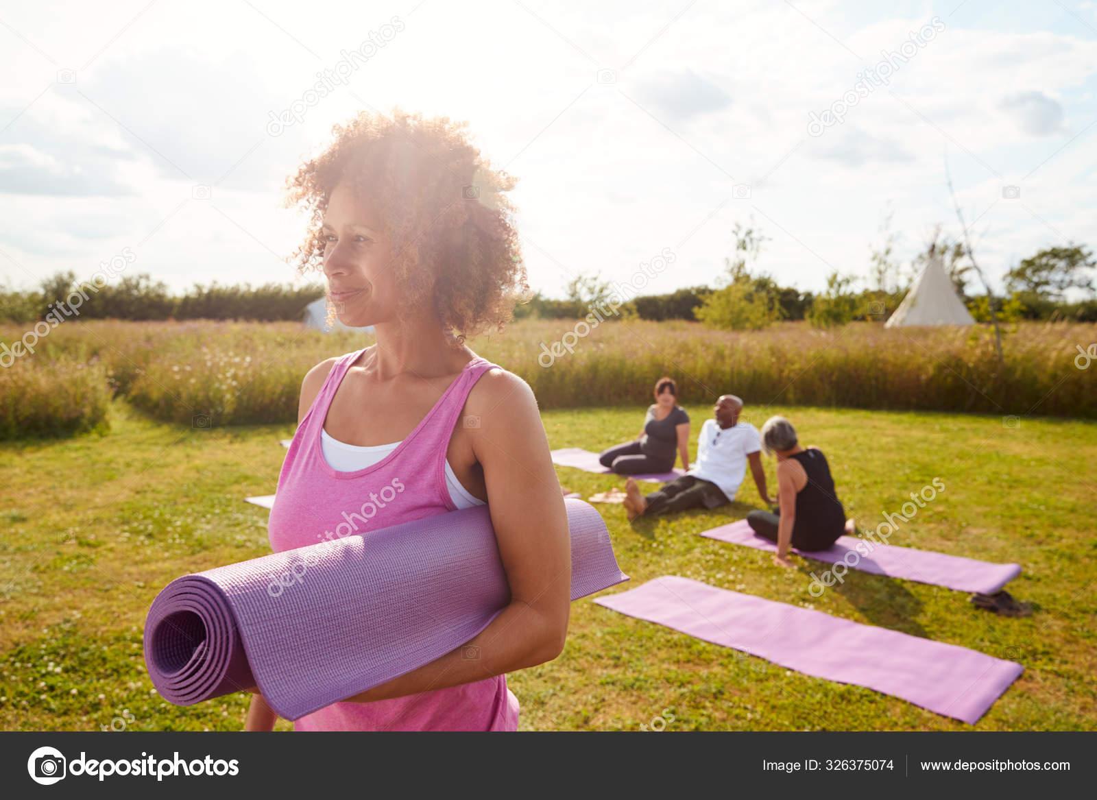 Reife Frau Auf Outdoor Yoga Retreat Mit Freunden Und