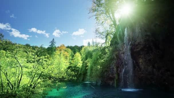 Vodopád v lese národního parku Plitvická jezera, Chorvatsko