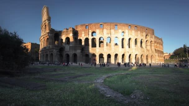 Koloseum v Římě, západ slunce, Itálie