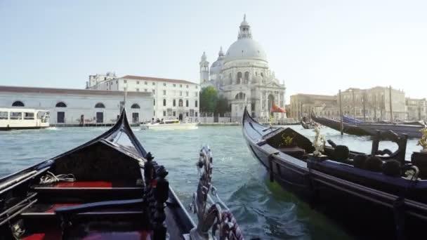 Gondolák és a Basilica Santa Maria della Salute, Velence, Olaszország