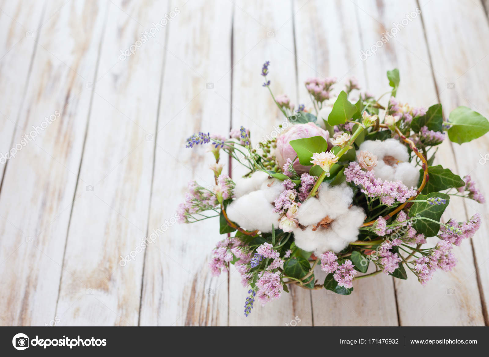 Mazzo Di Fiori Shabby.Bouquet Of Flowers On A Old Wooden Background Stock Photo