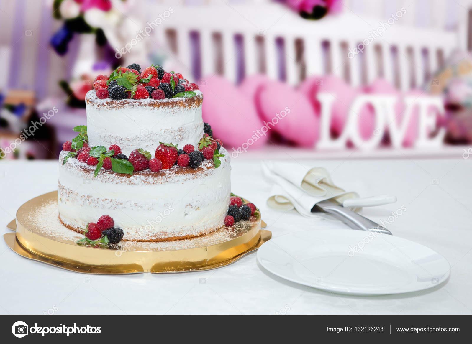 Hochzeitstorte Mit Beeren Stockfoto C Grafoto 132126248