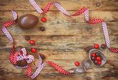 Velikonoční dovolená pozadí s čokoládová vajíčka