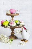 Velikonoční dekorace s vejci a kuře