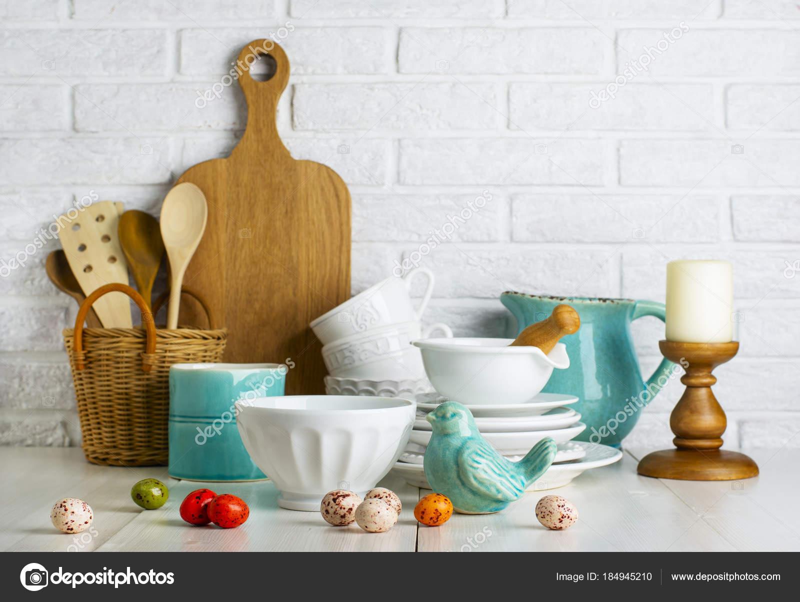 Küche Stillleben Mit Keramik Vogel Und Ostereier Und Utensilien ...