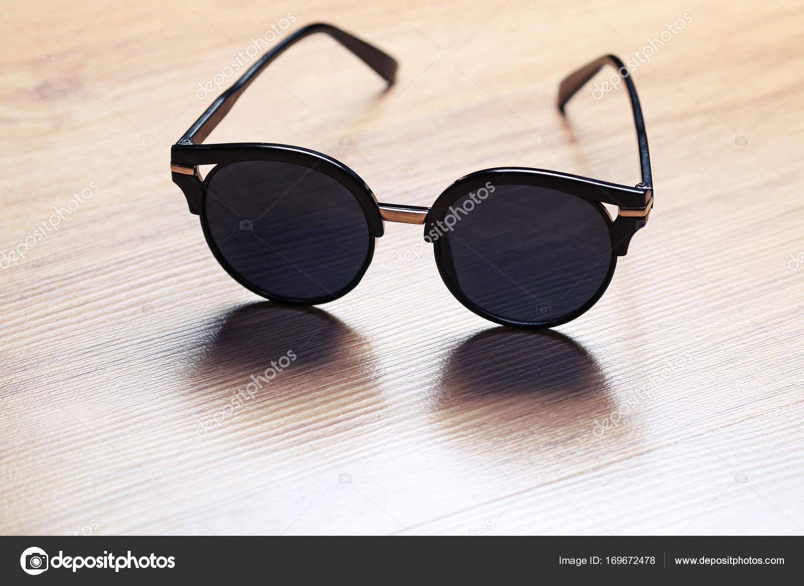 6591a5ae9f Gafas de sol en la mesa de madera — Foto de stock © DigitalMagus ...