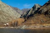 Lago di autunno in montagna