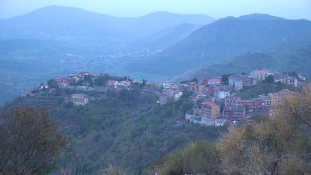Pohled na San Polo Dei Cavalieri mezi italské hory