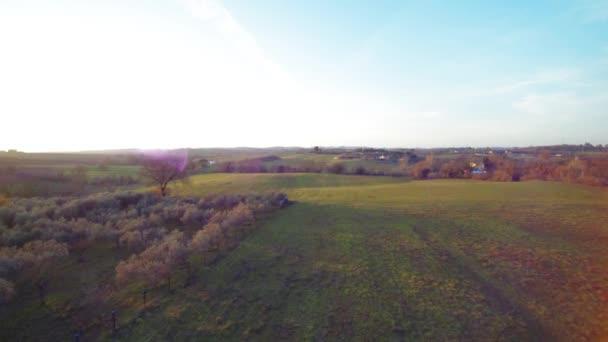 Malebný pohled zelené údolí při západu slunce