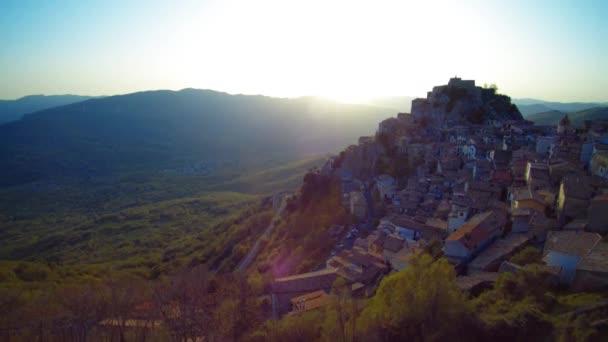 Magnifica vista di vecchio comune Cervara Di Roma ad alba, Italia