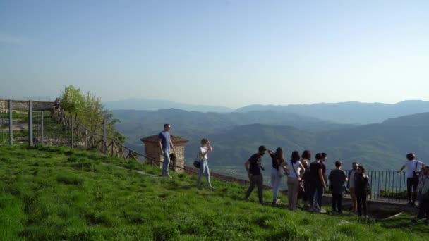 Turisti che godono di vista dalla collina, Cervara di Roma, Italia