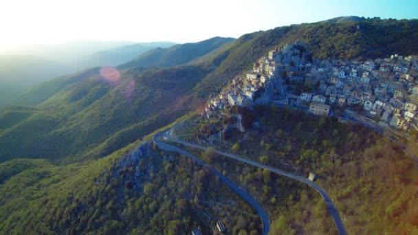 Vista aerea del comune di Cervara Di Roma, Italia.