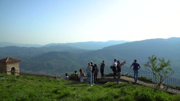 Turisti che godono di vista dalla collina, Cervara di Roma, Italia.
