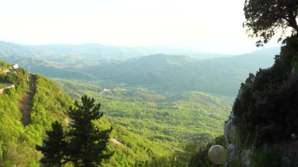 Zoom in vista di verdi colline di Cervara Di Roma, Italia