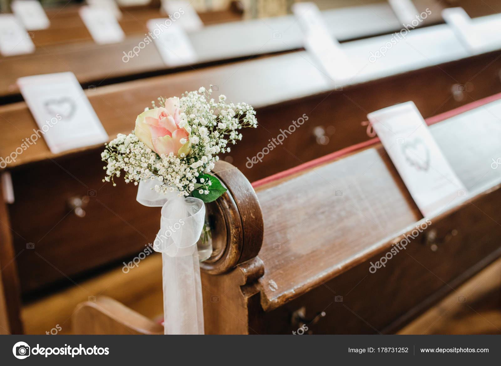 Hochzeit Blumen Und Dekoration Einer Christlichen Kirche Stockfoto