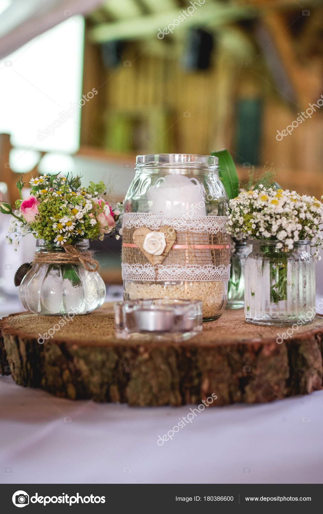 Decorazione di matrimonio romantico con i fiori e candela su un piatto di  legno– immagine stock 39258a5cce9