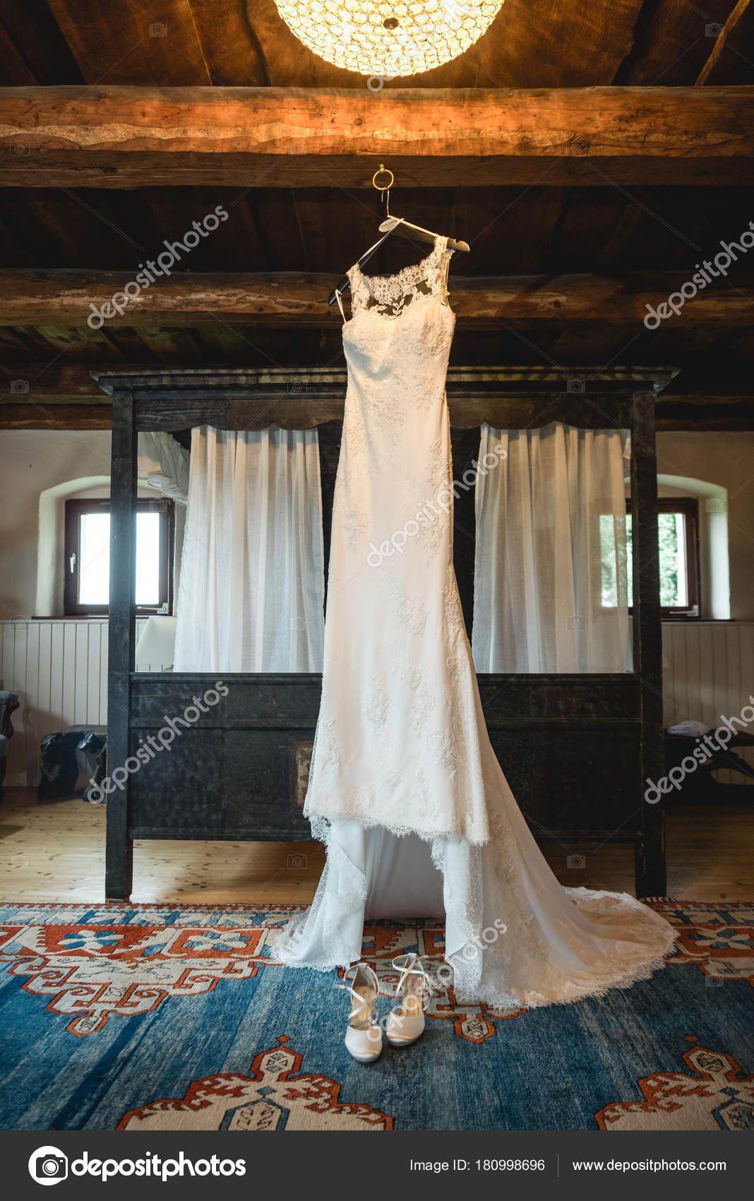 Brautkleid Einem Rustikalen Hotelzimmer Der Nähe Ein Bett Hängen ...