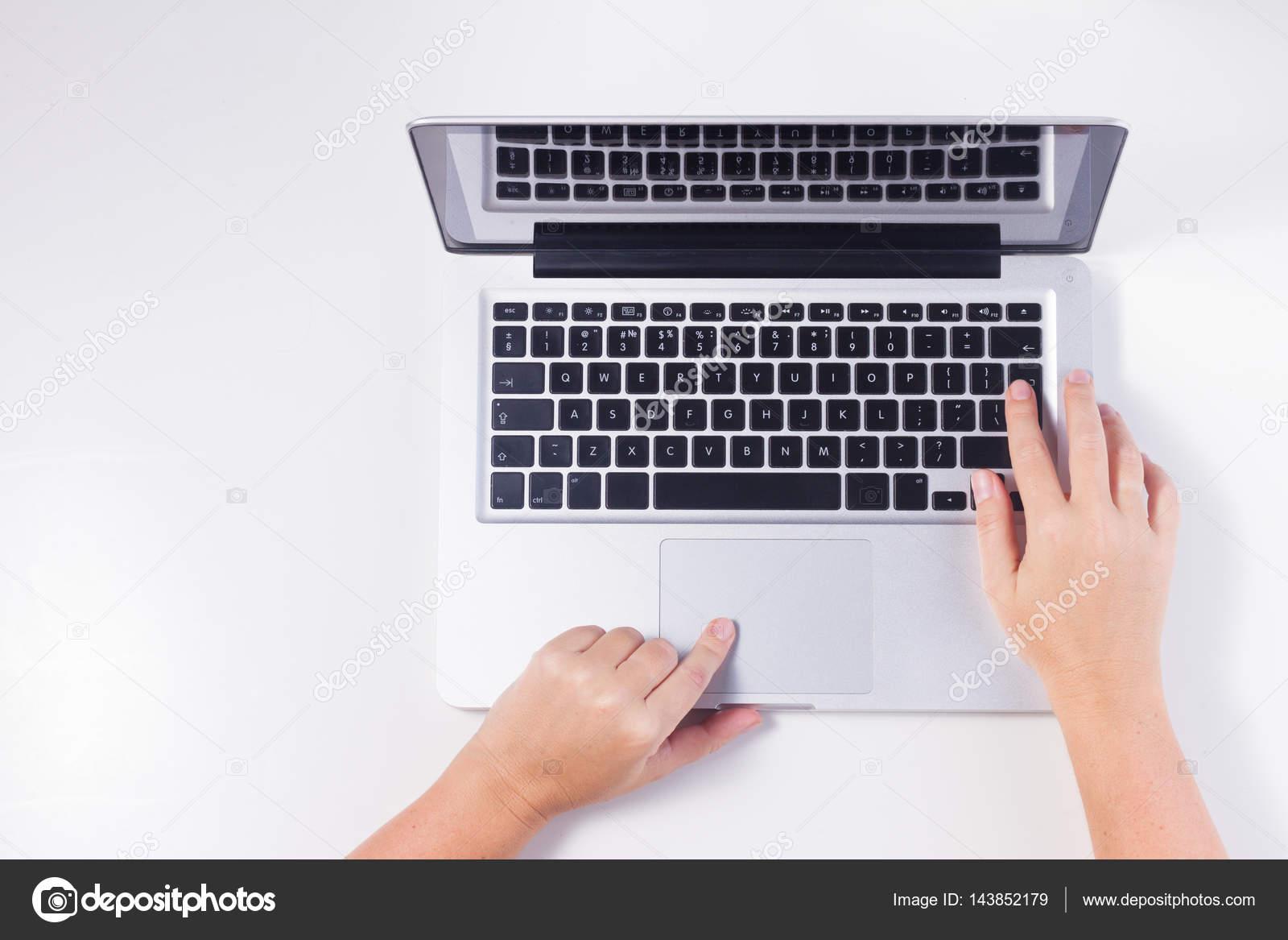 latop e mãos de alguém stock photo neirfys 143852179