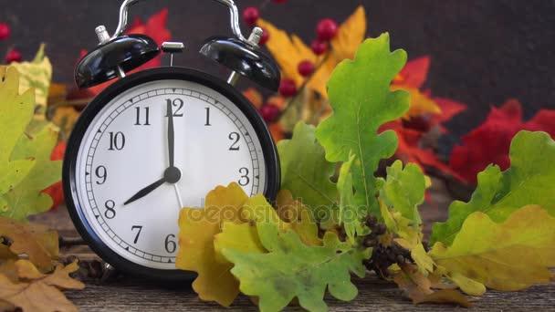 Podzimní čas - podzim listí s hodinami