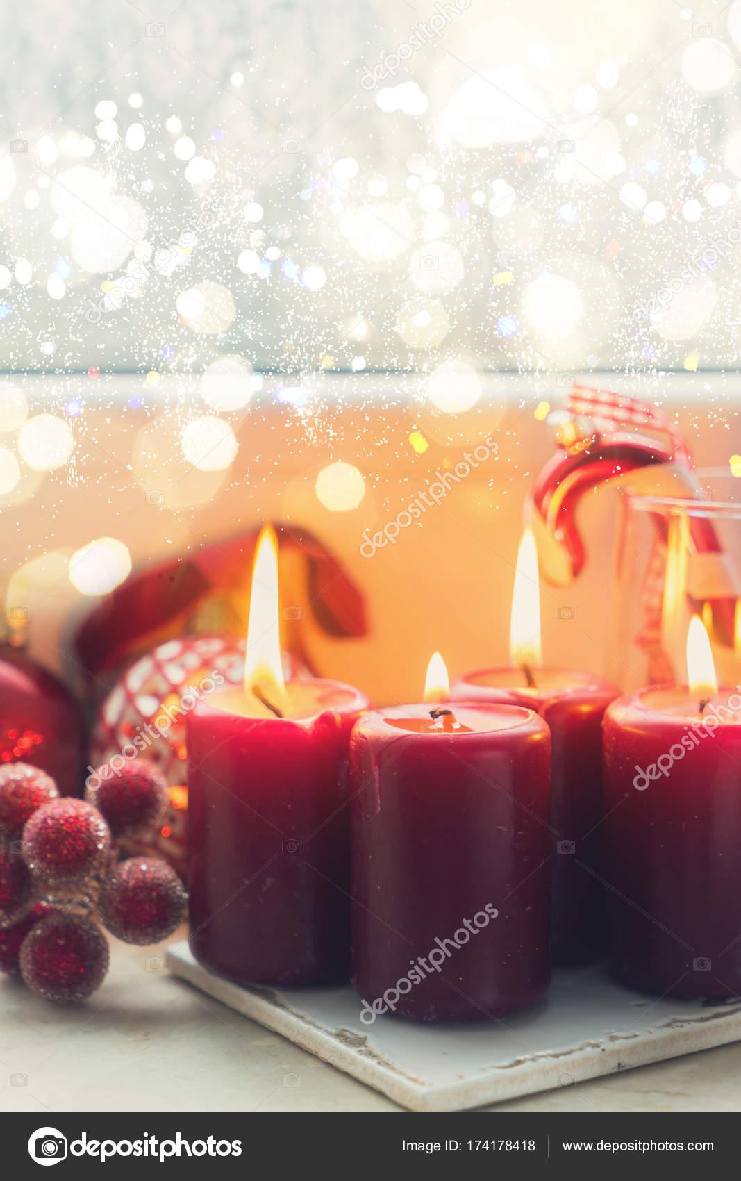 Weihnachtsszene mit brennendem Licht — Stockfoto © Neirfys #174178418