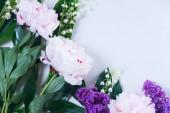 Lilla, peonie rosa e lilly del walley