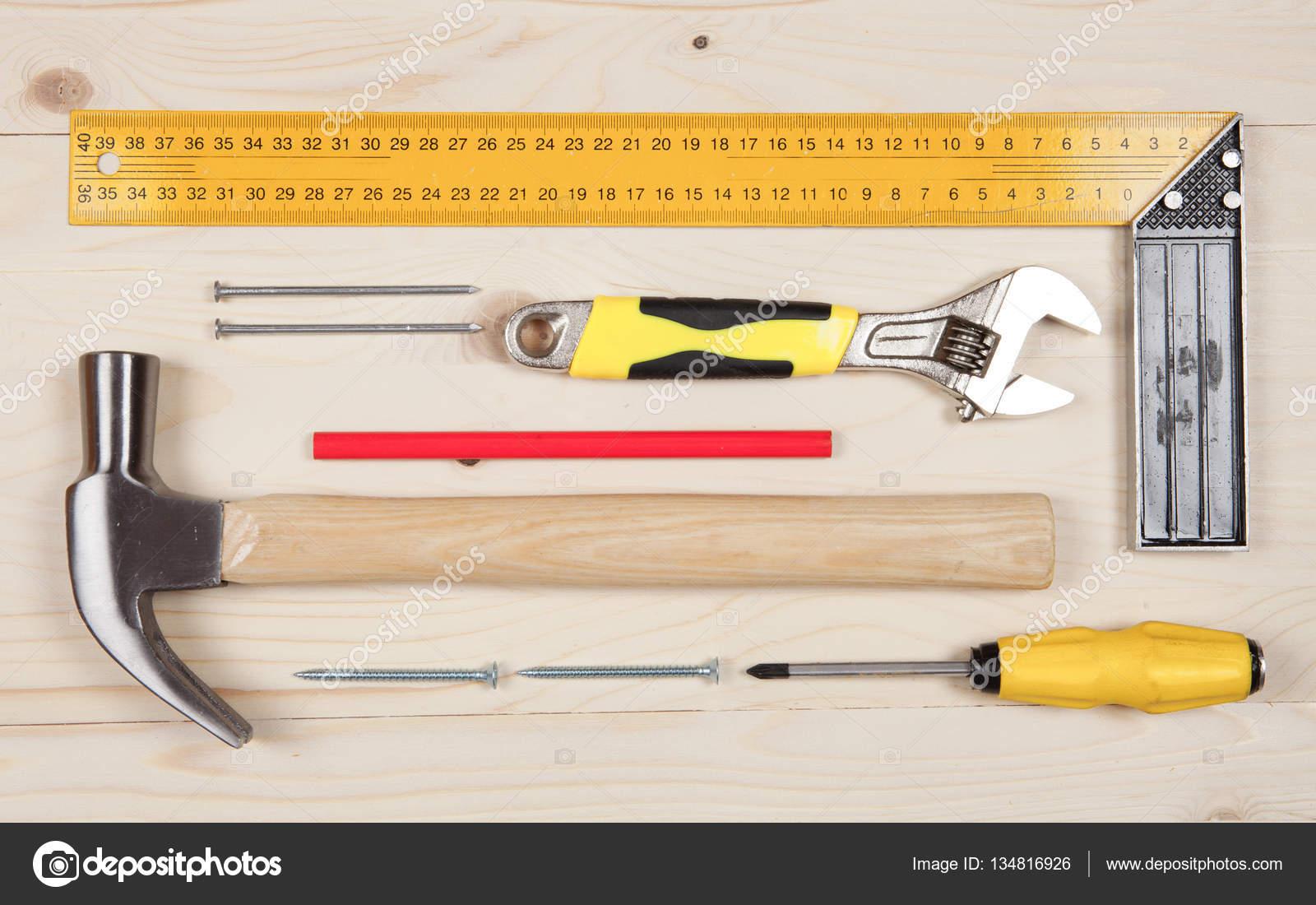 Set van instrumenten voor timmerwerk werken op de houten tafel stockfoto bvb1981 134816926 - Houten timmerwerk ...