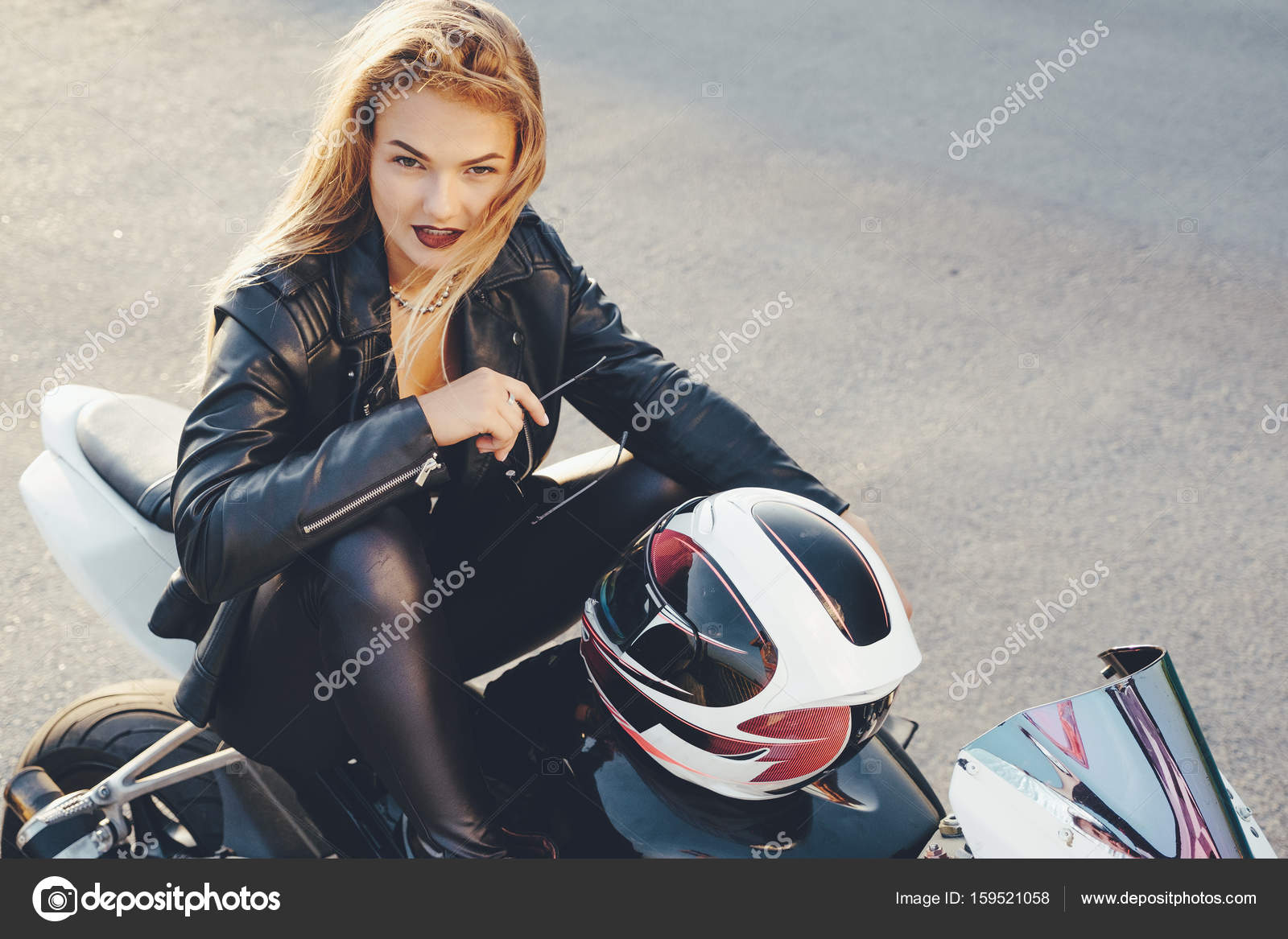 biker girl in lederkleidung auf einem motorrad stockfoto arthurhidden 159521058. Black Bedroom Furniture Sets. Home Design Ideas