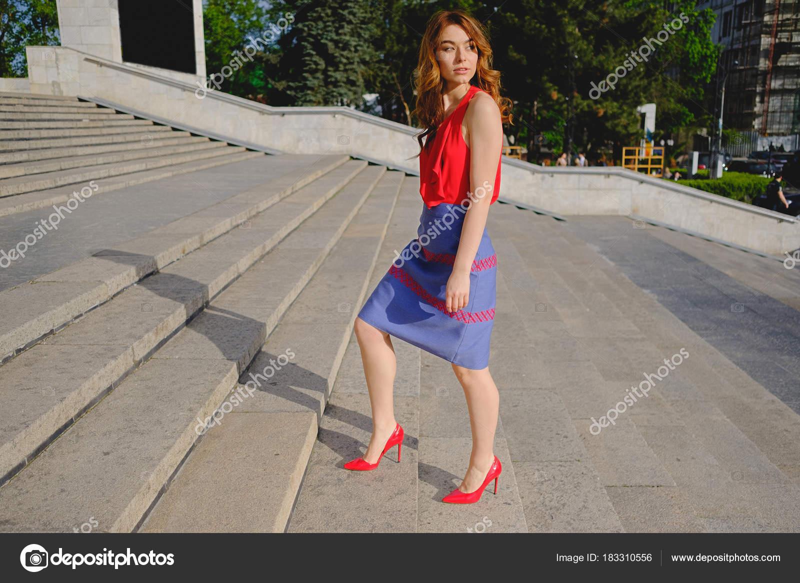 e26cd60e4 Mujer bonita subiendo escaleras — Foto de stock © arthurhidden ...
