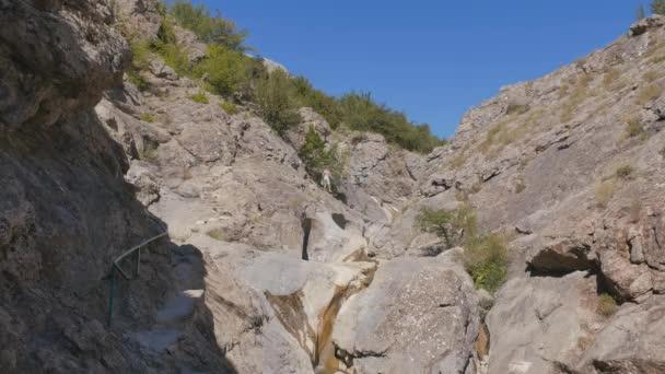 Potok protéká horami. Krym. Zelenogorie