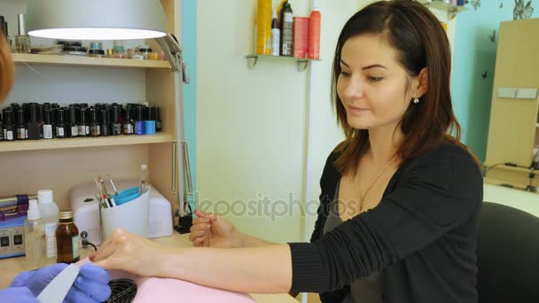 Hardware-Maniküre, Nagelpflege schöne Frau im Schönheitssalon. Maniküre-Lack. die Nagelbehandlung. Maniküre im Job.