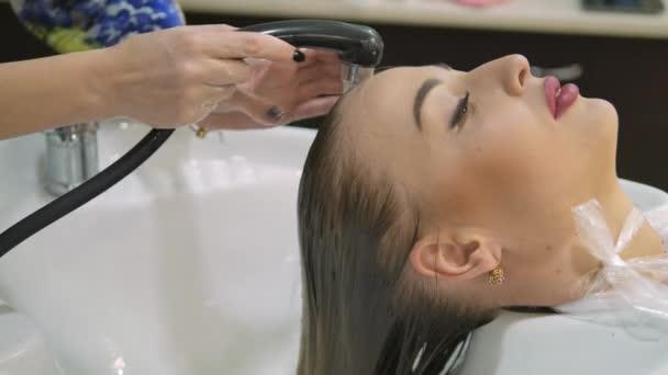 Een Moderne Makeover : Haarverzorging in de moderne spa vrouw die haar gewassen door de