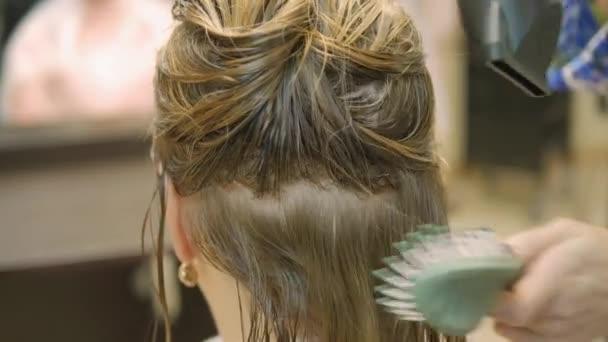 Blondýna v kadeřnictví po obarvení vlasů Díky stylingu. Profesionální kadeřnice kadeřnictví master