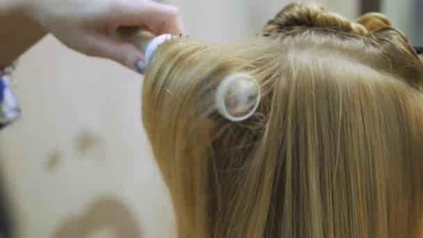 Szőke, egy fodrászat, miután a színező a haj stílus teszi. Professzionális fodrász fodrász mester