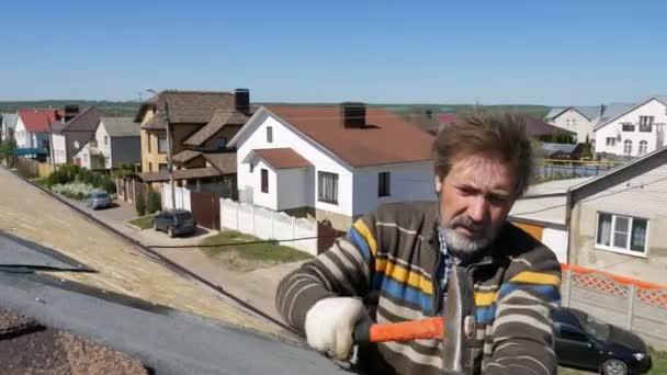 Budova. Pokládka měkké střechy.