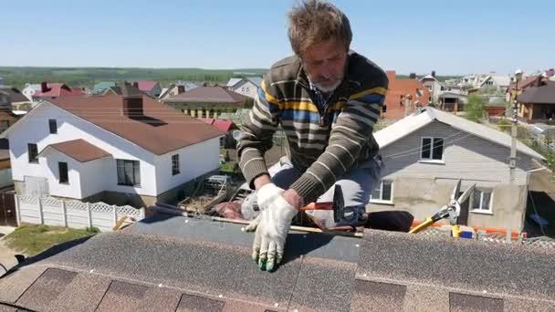 Gebäude. Ein weiches Dach legen.