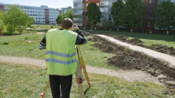 A munka, a speciális berendezések javítási utak. A felügyelő az intézkedés a távolság az út építése során a.