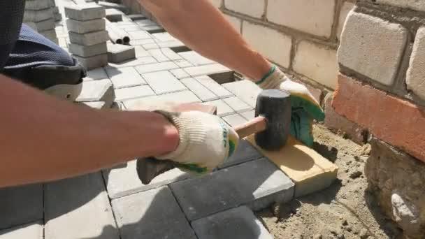 Princi, Rusko 24 května 2017. Redakce - zedník klade zámková dlažba mozaika.