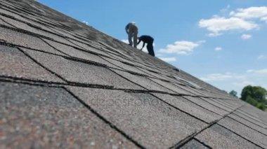 Konstrukce střechy. Měkká střecha, šindele. Pokrývač