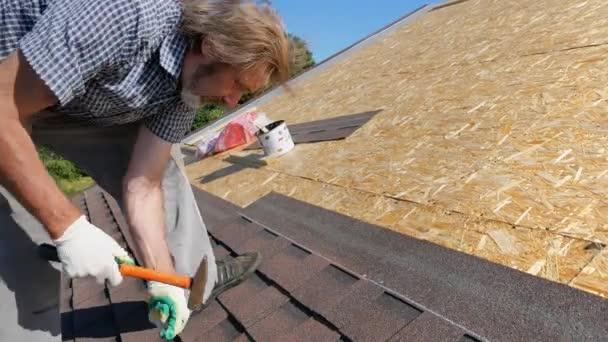 Konstrukce střechy. Měkká střecha, šindele. Pokrývač.
