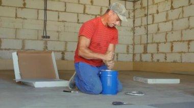 Tegels Badkamer Repareren : Reparateur legt tegels op de vloer u stockvideo kustvideo