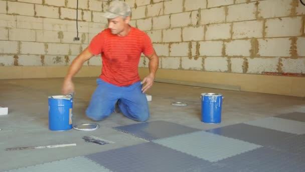 Posa piastrelle del pavimento in gomma u2014 video stock © 999studiy