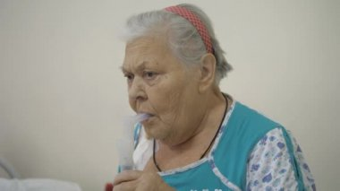 Hospital, treatment with a nebulizer.
