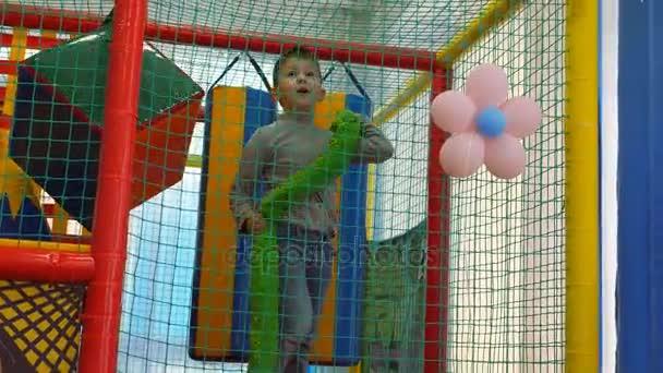 Gyermek játékok. A szobában szórakoztató gyerekeknek