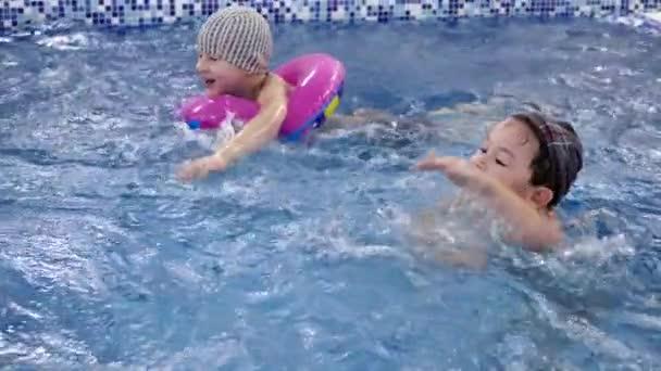 Kinder Wasser Spiele Im Pool Kleine Kinder Baden Im Schwimmbad