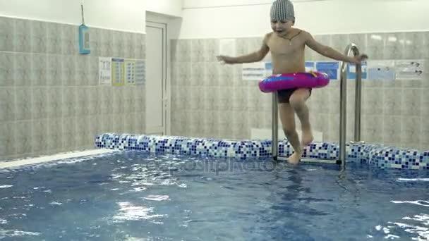 GroBartig Kinder Wasser Spiele Im Pool. Kleine Kinder Baden Im Schwimmbad U2014 Stockvideo