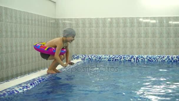Uberlegen Kinder Wasser Spiele Im Pool. Kleine Kinder Baden Im Schwimmbad U2014 Stockvideo